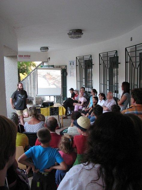 POVÍDÁNÍ ONETOPÝRECH si do areálu Pevnosti Dobrošov přišlo poslechnout téměř šedesát zájemců.