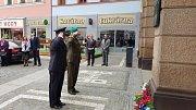 Pietní akt pokračoval na Masarykově náměstí, kde všichni přítomní uctili památku kapitána Otakara Jaroše u pamětní desky na budově pošty a generála V. K. Zajončkovského, který velel sovětským jednotkám, které osvobodily Náchod, u nové radnice.