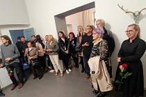 V Galerii Nola v Náchodě se ozývají dávné mýty z děl sochařky Pauliny Skavove.