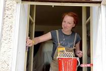MLADÍ LIDÉ pracují u lidí, kteří to nejvíce potřebují, podílí se i na pomoci na obecním majetku.