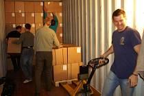 Noční plnění kontejneru s humanitární pomoci pro Indii probíhalo v areálu firmy Batist v Červeném Kostelci.