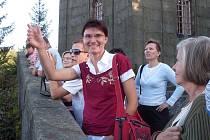 """""""Broumovsko je odtud vidět téměř v celé rozloze,"""" zahájila Markéta  Machová výklad na místě vyhledávané vyhlídky u chaty Hvězda."""