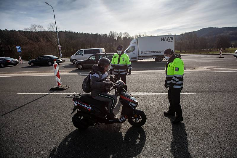 Koronavir zastavil provoz na hranicích. Na přechodu v Náchodě způsobil dopravní kolaps.