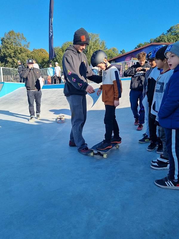 V areálu za krytým plaveckým bazénem v ulici Bratří Čapků rostlo v minulých měsících nové moderní sportoviště pro skateboarding a právě v sobotu odpoledne byl nový skatepark slavnostně otevřen.