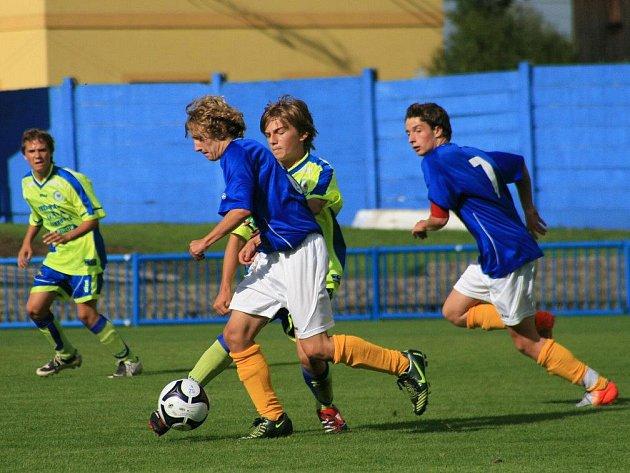 První porážku letošní sezony připravili divizním starším žákům Náchoda (v modrém) mladí fotbalisté Chrudimi.
