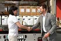 PŘEDÁVÁNÍ POMOCI. Tomáš Mertlík předává kamion s dezinfekcí ředitelce Českého červeného kříže Jaroslavě Markové.