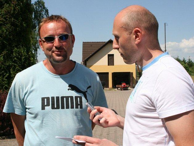 Sportovní redaktor Náchodského deníku Michal Rojšl (vpravo) při rozhovoru s Tomášem Dvořákem na krajském kole Kinderiády v Novém Městě nad Metují.