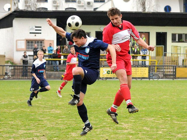 DLOUHOLETÝ pilíř zadních řad, Petr Liška (v červeném), dohrál letošní sezónu na hrotu kosteleckého útoku.