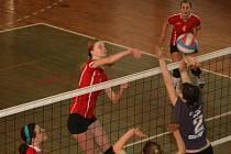 Nejlepší blokařka tohoto ročníku v kraji, Kristýna Kukrálová (v útoku), svým soupeřkám často ukázala, že jí není cizí ani tvrdé zakončení výměny.