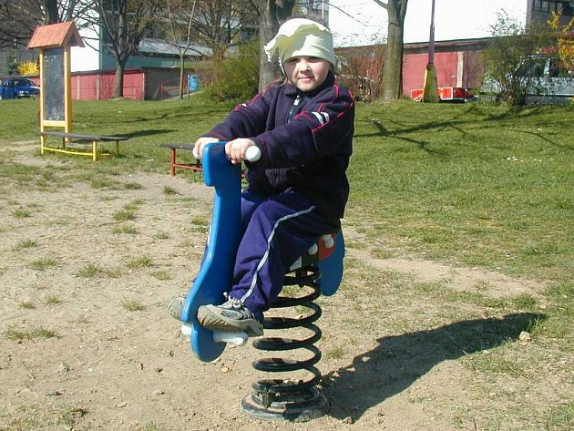 Novou pružinovou houpačku si ve čtvrtek odpoledne vyzkoušela také holčička Kristýnka.