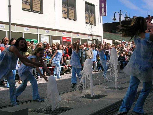 Taneční soubor ZUŠ navíc způsobil zázrak v podobě spuštění vodní fontány.