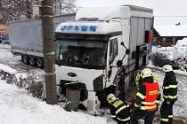 Za posledních 24 hodin královéhradečtí policisté vyjížděli ke 45 dopravním nehodám, což v přepočtu znamená téměř dvě nehody během jedné hodiny a jedná se o více než dvojnásobek běžných výjezdů. Foto: HZS KHK