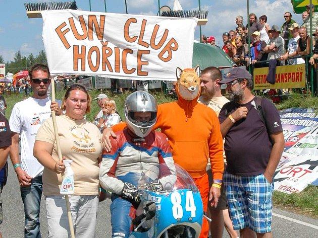 """VELKOPETROVICKÝ závodník Miloš Thér na startovním roštu se svým """"Fun Clubem Hořice""""."""
