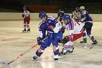 Hokejisté Jaroměře (v modrém) byli po dvě třetiny lepším týmem a okresní derby tedy vyhráli naprosto zaslouženě.