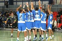 HÁZENKÁŘI Bystřice pod Hostýnem (v modrém) si z Náchoda odvezli šťastný bod, když v celém průběhu zápasu pouze dotahovali.