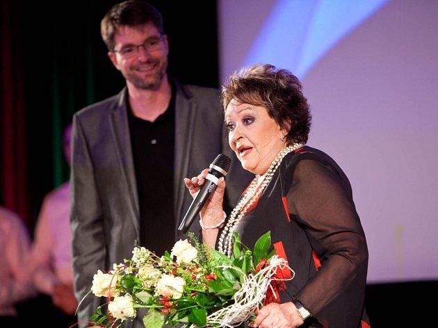 Jiřina Bohdalová a Josef Abrhám nechyběli na zahájení 36. Novoměstského hrnce smíchu.