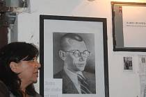 Součástí odhalení pamětní cedulky kasaři Karlu Rustičkovi byla také výstava Příběh opravdového kasaře. Tu tvořily například vysvdčení se samými jedničkami, protokoly z loupeží, portrét z vězení, nebo výpis z matriky mrtvých, kde byla zpráva o jeho skonu.