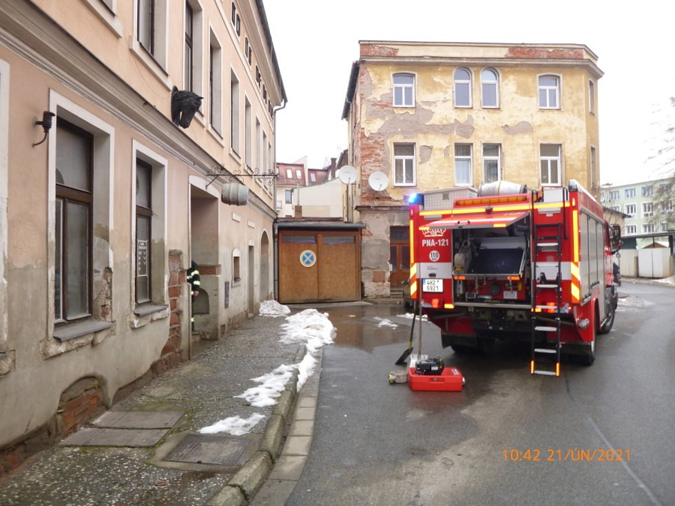 Profesionální a dobrovolní hasiči zBroumova zajistili vTyršově ulici technickou pomoc při vodovodní havárii po prasknutí stoupačky.  Foto: HZS KHK