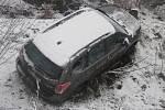 Hasiči z Dobrušky zasahovali u dopravní nehody osobního automobilu v části Kamenice. Automobil hrozil pádem ze srázu do potoka.