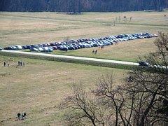 Na louce v Ratibořicích, kde se vyskytují vzácné rostliny a živočichové, stálo během zahájení sezony více než sto aut.