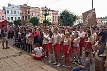 STOVKY STUDENTŮ A ABSOLVENTŮ se sešly v průvodu, který zamířil od školy na broumovské náměstí.