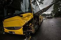 Hasiči a záchranáři zasahovali u dopravní nehody linkového autobusu a dodávky v Náchodě.
