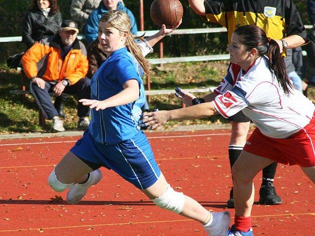 Národní házenkářky Krčína (v modrém) v posledních domácích podzimních zápasech přehrály Chomutov i Žatec.