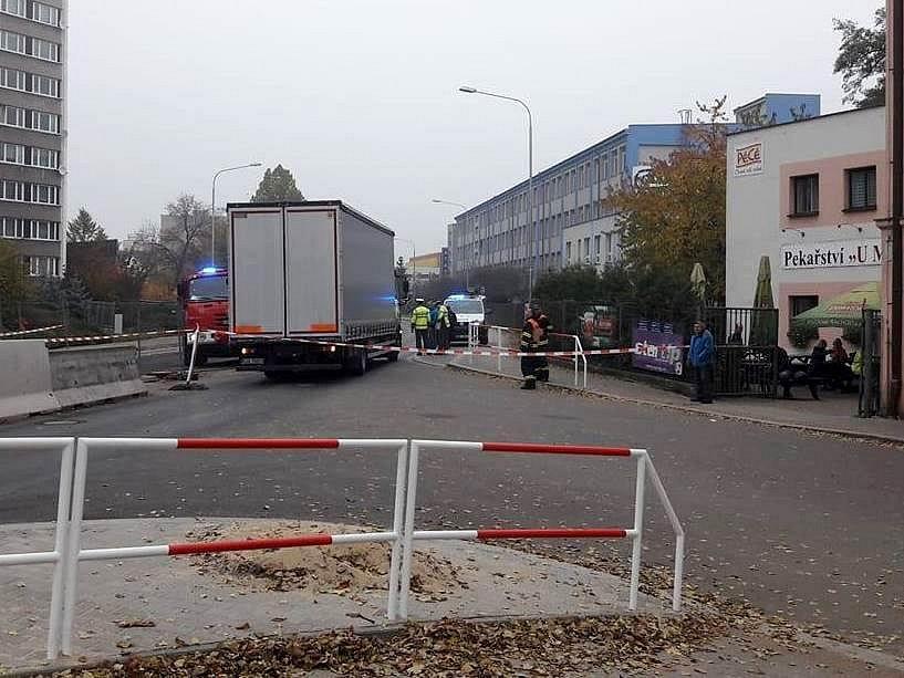 Neštěstí na Pražské. Pod koly kamionu zemřela žena