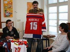 SOUČÁSTÍ jaroměřského mezinárodního hokejového turnaje mládeže je i charitativní sbírka na Základní školu speciální. Tam každoročně Josef Veselý (stojící s dresem) přivede zajímavou návštěvu z hokejového prostředí.