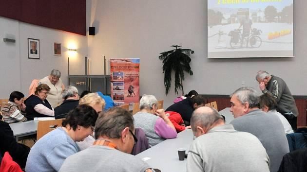 Broumovský rodák a známý cyklocestovatel Martin Stiller v pondělí zavítal do společenského sálu obecního domu ve Velkém Poříčí.