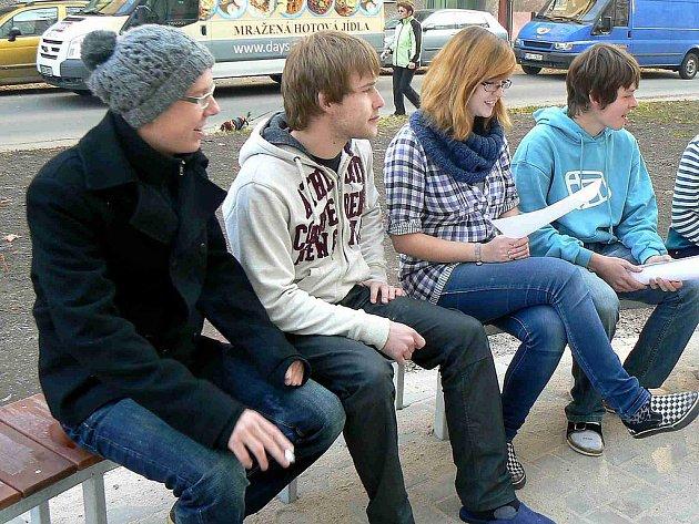 Studenti Jiráskova gymnázia v Náchodě vítají zbrusu nové lavičky a odpadkové koše před školou.