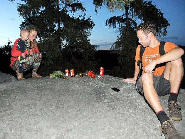KAMARÁDI HOROLEZCI zavzpomínali na Ostaši na svého kamaráda a na jedné z vyhlídek mu zapálili svíčky a položili květiny.