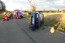 Auto se převrátilo na bok, zranili se dva lidé.