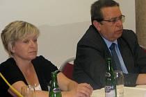 Obyvatelé Broumova diskutovali s hejtmanem Lubomírem Francem a dalšími lidmi, jež mají zodpovědnost za oblast zdravotnictví v Královéhradeckém kraji, o budoucnosti broumovské nemocnice.