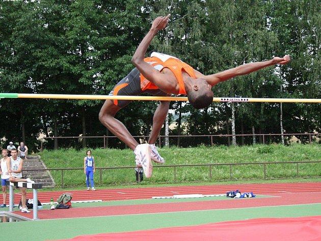 Ozdobou loňské Zentiva Velké ceny Nového Města nad Metují v atletice byl saúdskoarabský výškař Hisham Al Oquabi, který v Novém Městě překonal laťku ve výšce 218 centimetrů.