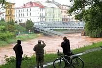 Povodeň loňského června, při které se mostní pilíř rozlomil a most spadl do rozvodněného Labe.
