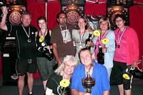 NEJLEPŠÍ páry konečného žebříčku 20. ročníku série Pohár W-Sportu. Zleva nahoře Svoboda-Hraničková, Dlab-Gregůrková, Šlechtová-Goldmannová (nejlepší ženský pár) a dole manželé Kousalovi.