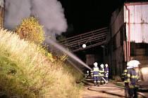 Požár plechové skladové haly s uskladněným senem v Meziměstí.