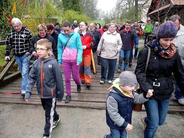 VOTEVÍRÁNÍ Babiččina údolí přilákalo návštěvníky i přes podmračené počasí.