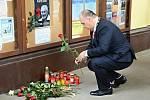 Starosta Náchoda Jan Birke také zapálil svíčku a položil květinu před radnicí, kde vzniklo pietní místo.