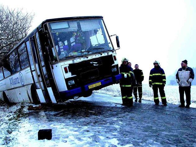 Takto skončil autobus mezi Novým Městem nad Metují a obcí Spy.