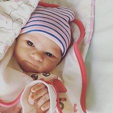 Aneta SUCHÁNKOVÁ se stihla narodit v den tatínkových narozenin, a to 27. října ve 23,25 hodin. Vážila 2845 gramů a měřila 49 centimetrů. Rodiče se jmenují Jiří a Karolína Suchánkovi.