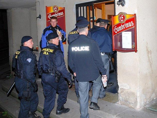 Pořádková jednotka Policie ČR se chystá na kontrolu restaurace v České Skalici.