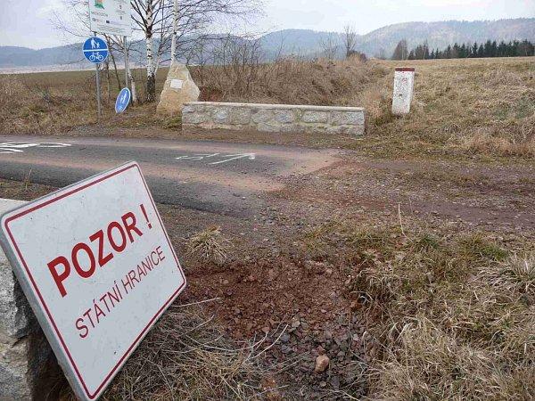 KDO PONESE ODPOVĚDNOST? Cyklostezka vúseku Vižňov Nowe Siodlo protínající českou hranici sPolskem, se na české straně rozpadla. Azatím, co polská část cyklostezky pokrytá asfaltem bez problémů drží, ta česká se kvůli zákazu SCHKO asfaltovat nesměla.