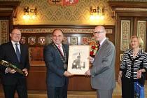 Od starosty dostal Bohuslav Sobotka kresbu radnice.