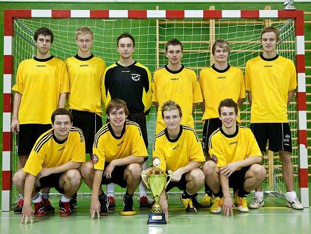Vítězství v sedmém ročníku fotbalového Jelichov cupu si vybojovali hráči Drunk Team, kteří mohli po úspěšném finále nad nováčkem Slavojem Houslice zvednout nad hlavu pohár pro turnajového vítěze.