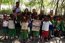 """Jiří """"Georgo"""" Rosa a Václav """"Vincenzo"""" Dušek (oba vzadu uprostřed) pobývají v Tanzanii, kam do školy Majengo ve vesnici Mto wa Mbu vezli výtěžek charitativního hudebního festivalu People for Africa aneb Nasajem s Masajem."""