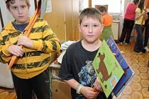 Děti namalovaly obrázky, jejichž záměrem bylo přimět majitele psů, aby po svých pejscích uklízeli jejich výkaly.
