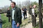 Ministr Bursík na záchranné stanici pro zraněná zvířata v Jaroměři.