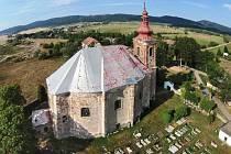Vižňovský kostel sv. Anny v současné době prochází opravou střechy.